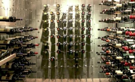Ranger ses bouteilles de vin sur des câbles: une tendance esthétique et pratique!