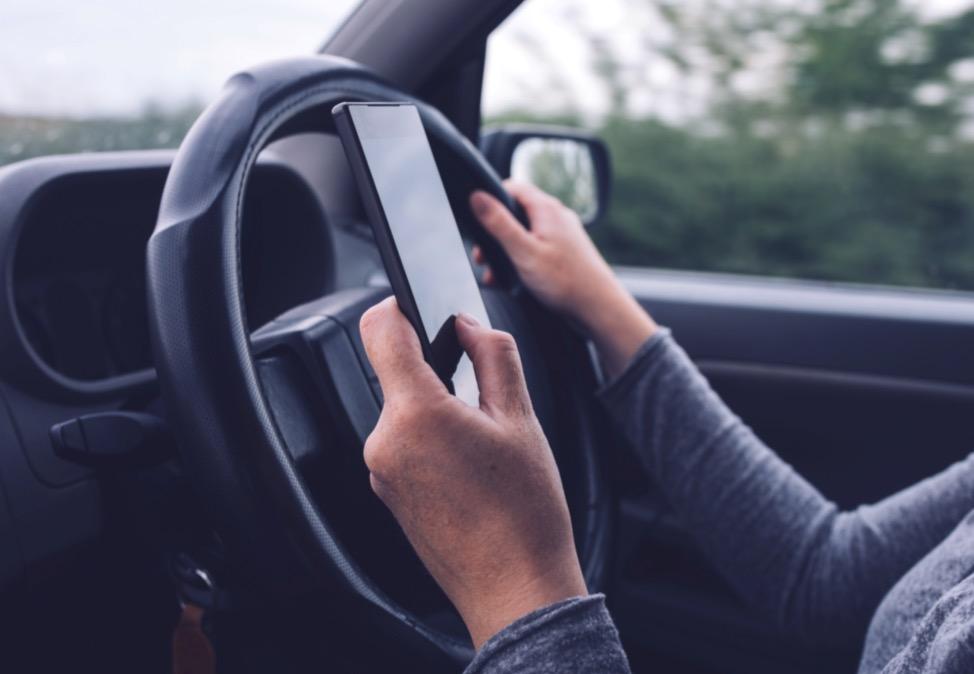 Pas de loi pour le texto au volant